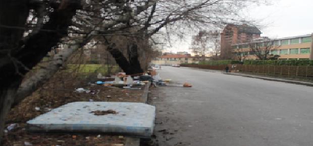 MILANO, QUANDO L'AMMINISTRAZIONE LATITA. La denuncia fotografica della Lega Nord in Zona 9: buche e cumuli di rifiuti nelle periferie