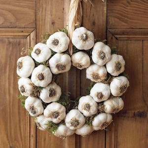 Una corona d'aglio.