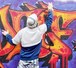 Un graffittaro al lavoro.