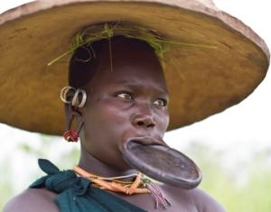 Una donna della tribù dei Surma.