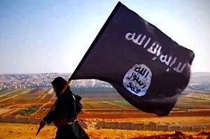 Uno jihadista con la bandiera dell'Isis.