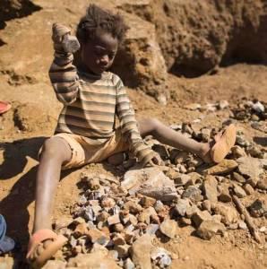 Gli schiavi del coltan sono spesso bambini.