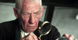Ian McKellen nei panni di Sherlock Holmes.