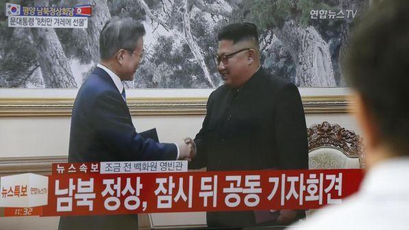 """Coree, segnali di disgelo: Kim e Moon firmano accordo per """"ridurre le tensioni"""""""