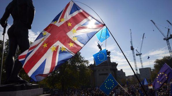 Gb, terremoto sulla May dopo l'accordo con Bruxelles: si dimettono i ministri per la Brexit, il Lavoro e l'Irlanda del Nord