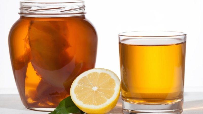 un bicchiere di kombucha