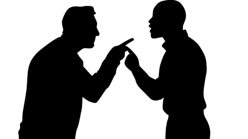 persone che litigano